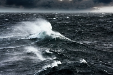 Waves breaking and spraying at high seas and strong winds - 24521003 123rf.com